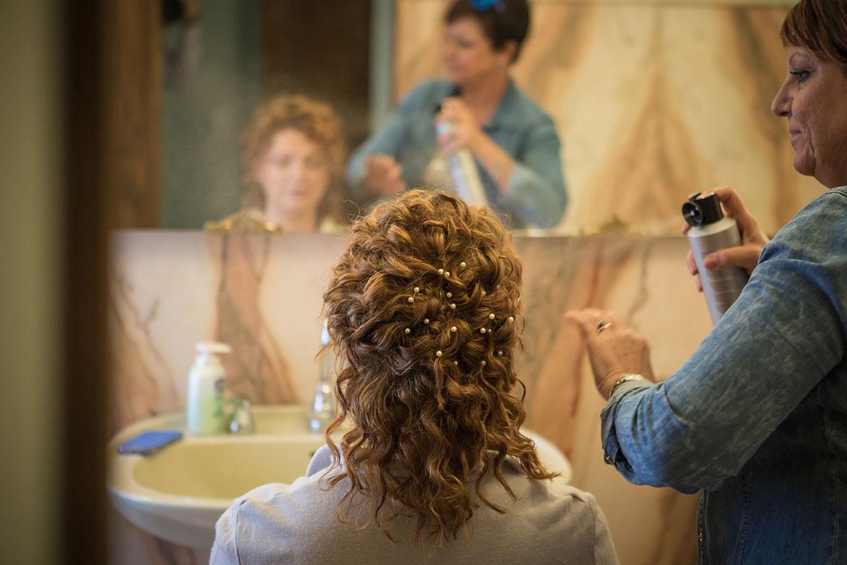 foto dei preparativi per il matrimonio a padova, l'acconciatura della sposa