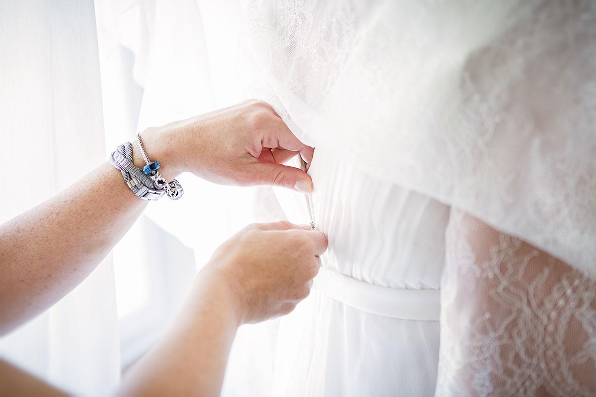 foto dei preparativi del matrimonio durante la vestizione della sposa