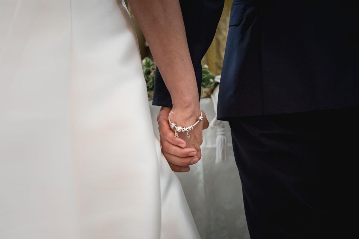 fotografo di matrimoni a padova, sposi che si tengono per mano